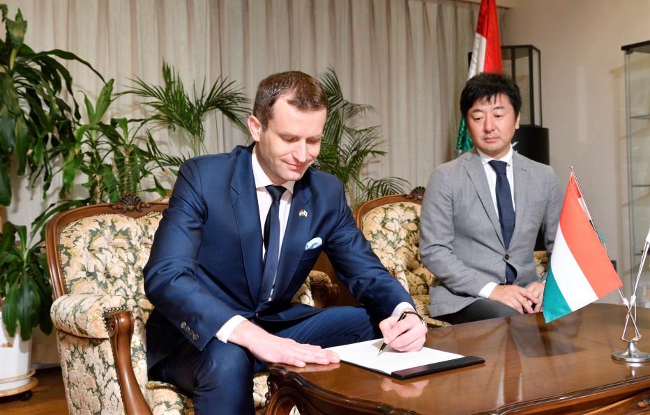 ハンガリー大使署名